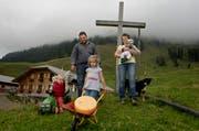 Reto und Silvia Theiler mit ihren Kindern Nick (auf Traktor), Melina und Baby Katia, fotografiert am Donnerstag auf der Alp Äbnistetten bei Hasle. Tochter Lisa fehlt (im Kindergarten). (Bild: Eveline Beerkircher / Neue LZ)