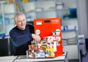 Mit seinem Unternehmen Easy Snack stellt Fredi Meier Snackregale für Firmen zur Verfügung und füllt diese regelmässig wieder auf. (Bild Stefan Kaiser)