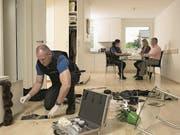 Die Polizei bei einer Spurensicherung in einer Wohnung nach einem Einbruchdiebstahl. (Symbolbild: Zuger Polizei)