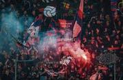 Basler Fans zündeten gestern am Match gegen den FC St. Gallen im Kybunpark Pyros. (Bild: Benjamin Manser (St. Gallen, 1. April 2017))