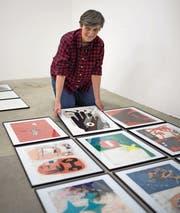 Maria Arnold beim Aufbau ihrer Ausstellung in der Luzerner Kunsthalle. (Bild: Roger Grütter (19. April 2017))