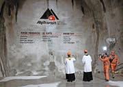 Schon einmal wurde der Gotthard-Basistunnel gesegnet – vor dem Durchstich am 15. Oktober 2010 bei Sedrun. (Bild: Keystone/Arno Balzarini)