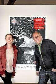 Fumetto-Festivalleiterin Jana Jakoubek und Vereinspräsident Niklaus Zeier vor einem Festivalplakat in der Kornschütte. (Bild Nadia Schärli)