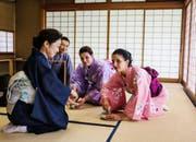 Kellnerinnen des Luzerner Cafés Heini in Japan, im Rahmen der SRF-Sendung Jobtausch. (Bild: SRF)