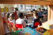 Noch nicht alle Gemeinden sind bereit für die Einführung des Zwei-Jahres-Kindergarten. Im Archivbild: Eine Kindergärtnerin während dem Unterricht im Kindergarten Houelbach in Kriens am 19. März 2015. (Bild: Eveline Beerkircher (Neue LZ))