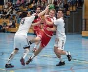 Die Stanser (am Ball Nando Kuster) erzwingen gegen Steffisburg den ersten Sieg. (Bild: Nadia Schärli (Stans, 18. November 2017))