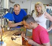 Die beiden Goldschmiede Monika Kühn und Jörg Rohner sind fasziniert von der Arbeitsweise ihres syrischen Kollegen Milad Kourie. (Bild: Cornelia Bisch)