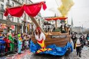 Die Zunft zu Safran Luzern mit dem Motto Safran-Piraten. Dieses Boot lief später beim Fritschi-Brunnen quasi auf Grund. (Bild: Philipp Schmidli (Luzern, 8. Februar 2018))