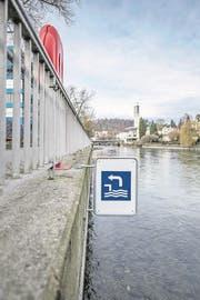 Das Schwimmen in der Reuss soll sicherer werden - unter anderem sollen mehr Infotafeln aufgestellt werden. Auf dem Bild ist der Ein-/Ausstieg aus der Reuss bei der Sentimatte, dort hat die SLRG beriets Tafeln mit Hinweisen zum Verhalten im Fluss platziert. Das Bild entstand am Freitag, 9. März 2018. Bild: (Pius Amrein / LZ) Schwimmen, SLRG, Sicherheit, Infotafeln, Reuss, Wasser (Bild: Pius Amrein)