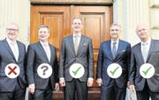 Die Regierung nach dem zweiten Wahlgang bei den Wahlen 2015 (von links): Robert Küng (FDP), Marcel Schwerzmann (parteilos), Reto Wyss (CVP), Guido Graf (CVP) und Paul Winiker (SVP). (Bild: Nadia Schärli (Luzern, 10. Mai 2015))