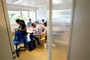 Eine Schulklasse mit sechs Kindern aus Asylfamilien wird im Schulhaus Hübeli in Emmenbrücke unterrichtet. (Bild: Keystone/Urs Flueeler)