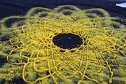 Gelbe Blüte auf schwarzem Grund: Farbe dreidimensional gedruckt. (Bild: Hochschule Luzern)