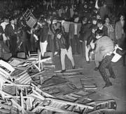 Aufgebrachte Besucher zerstörten gegen Ende des Rolling-Stones-Konzertes im Zürcher Hallenstadion die Holzklappstühle und lieferten sich anschliessend eine regelrechte Schlacht mit den angerückten Polizisten. (Bild: Keystone (Zürich, 14. April 1967))