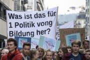 Die demonstrierenden Schüler zeigen auf einem Transparent, wohin Kürzungen in der Bildung führen können. (Bild: Keystone/Alexandra Wey, Luzern, 5. April 2017)