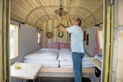 Campingleiter Markus Barmettler in einer der neuen «Glamping»-Unterkünften. (Bild: Corinne Glanzmann (Buochs, 21. Juni 2017))