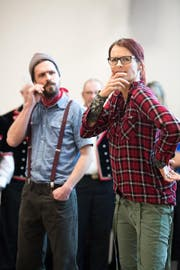 Tina Bucher und Martin Strebel spielen den Sketch «e frödige Jutz in Schötz» vor. (Bild: Eveline Beerkircher (Schötz, 21. März 2018))