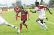 Der SC-Cham-Spieler Nicholas Walker (Mitte) – hier im Heimspiel gegen den FC Sion II am vorvergangenen Samstag – verpasst in Köniz in der 12. Minute eine gute Torchance. (Bild: Werner Schelbert (19. August 2017))
