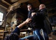 Reto Flückiger (Stefan Gubser, mitte) wird von Eugen Mattmann (Jean-Pierre Cornu) daran gehindert zuzuschlagen. (Bild SRF / Daniel Winkler)