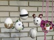 Ostereier gehören nicht zwingend in ein Nest. Bunt verziert machen sie sich auch gut als Dekoration am Fenster oder an einem Ast. (Bild: Jacqueline Schilling)