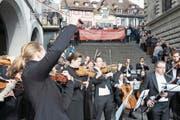 Auch das Luzerner Sinfonieorchester (hier bei einem Protestkonzert auf der Rathaustreppe) muss sparen – und kann gleichzeitig auf grosszügige Mäzene zählen. (Bild: Roger Zbinden (Luzern, 22. Oktober 2016))
