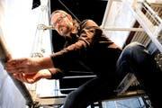 Bühnenbildner Markus Bürgi bietet den Vögeln von Aristophanes ein mächtiges Baugerüst als olympischen Himmel an. (Bild: Romano Cuonz)
