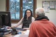 Personalexpertin Ornella Sassano berät im Projekt «Sesseltausch» eine arbeitslose Person. (Bild: Pius Amrein, Sursee, 30. November 2017)