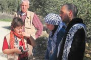Menschenrechtsbeobachterin Margrit Freivogel im Gespräch mit Aktivisten. (Bild: PD)