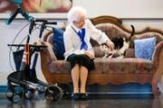 Ein unzertrennliches Paar: Margrith Grüter (98) und ihre Katze Susi (15) verbringen im Pflegeheim Zunacher gemeinsam ihren Lebensabend. (Bild Philipp Schmidli)