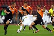 2010 spielte der FCL im Zürcher Exil gegen Utrecht. Daniel Gygax (Mitte) wird vom heutigen FCL-Assistenztrainer Michael Silberbauer bedrängt. (Bild: Philipp Sch,idli (Zürich, 5. August 2010))