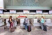 Check-in am Zürcher Flughafen: Wer nicht direkt bei Swiss bucht, muss künftig eine Gebühr entrichten. (Bild: Keystone/Gaetan Bally)