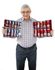 Kaspar «Chappi» Brunner zeigt seine eindrückliche Medaillensammlung. (Bild Pius Amrein)