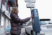 In der ganzen Stadt Zug gibt es rund 80 Parkuhren auf öffentlichen Parkplätzen. Wird die herkömmliche Bedienung bald von einer App oder einem Online-Bezahldienst ersetzt? (Bild: Werner Schelbert (Zug, 20. Dezember 2017))