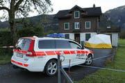 Die Polizei sichert Spuren beim Tatort. (Bild: Geri Holdener/Bote der Urschweiz)