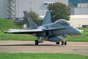 Ein FA 18 Hornet der Swiss Air Force startet vor der RUAG am Freitag, 5. Oktober 2012 auf der Airbase Emmen zu einem Testflug. (KEYSTONE/Sigi Tischler) (Bild: SIGI TISCHLER (KEYSTONE))