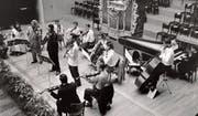 Prominente Starthilfe: die Festival Strings 1957 mit Geiger Wolfgang Schneiderhan (Mitte, dunkler Anzug) und Rudolf Baumgartner (rechts). Bild: Archiv Festival Strings