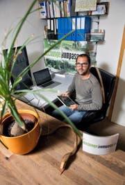 Der Luzerner Oliver Zadori hat den Dschungelkompass erfunden. Hier vergleicht er die Flut an Tarifen der Schweizer Telefonanbieter. (Bild Corinne Glanzmann)