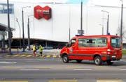 Die Feuerwehr sperrte die Zufahrt zur Mall of Switzerland ab. (Bild: Leserreporter)