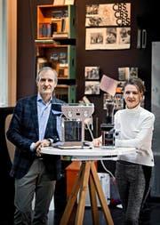 Marco Tschümperlin und seine Frau Dorothea mit ihrer preisgekrönten Kaffeemaschine «Gilda». (Bild Pius Amrein)