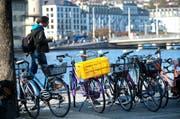 Veloparkplätze an der Bahnhofstrasse in Luzern: Der Stadtrat will bis 2020 2000 zusätzliche Abstellplätze schaffen. (Bild Eveline Beerkircher)