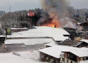 Die Feuerwehr Stadt Luzern unterstützte im Januar andere Feuerwehren beim Grossbrand in einer Sägerei in Haltikon. (Bild: Geri Holdener / Bote der Urschweiz, Haltikon, 9. Januar 2017)