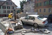 Glück im Unglück: Obwohl die 73-Jährige mitten in die Baustelle fuhr, wurde niemand verletzt. (Bild: Zuger Polizei)