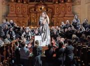 Faust (Sebastian Geyer) in Bedrängnis. Es ist eine der Szenen, welche sich in der Jesuitenkirche abspielt. (Bild: Ingo Höhn/PD)