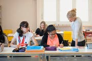 Lehrerin Sonja Stocklin gestern beim Englischunterricht mit 1.-Klasse-Sekundarschülerinnen der Pilotklasse «integrierte Sekundarschule» im Schulhaus Gasshof im Stadtteil Littau. (Bild Boris Bürgisser)