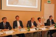 Stellen sich hinter den Zuger Stadttunnel (von links): Karl Kobelt (FDP), André Wicki (SVP), Dolfi Müller (SP), Vroni Straub-Müller (CSP) und Urs Raschle (CVP). (Bild: PD)