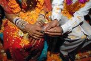 Nicht immer erfolgt eine Eheschliessung aus Liebe und unter freiem Willen: Häufig werden Zwangsheiraten in der Ferienzeit im Heimatland von Migranten geschlossen. (Symbolbild Keystone/Divyakant Solanki)