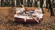 In Luzern zu sehen: Das Bett «com:ci» von der Holzmanufaktur. Der massive Holzrahmen schwebt auf zwei Kufen. (Bild: PD)
