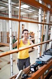 Martina Webner absolviert bei der Firma Biene Fenster AG in Winikon eine Lehre als Schreinerpraktikerin. (Bild Manuela Jans)