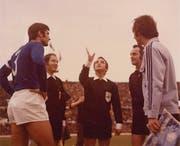 Toni Bucheli als Schiedsrichter des Länderspiels Italien (links Giacinto Facchetti) – Deutschland (rechts Franz Beckenbauer). (Bild: AB)