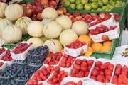Rein vegane Ernährung kann gefährlich sein für Babys. Symbolbild: Früchte an einem Marktstand. (Bild: KEYSTONE/Lukas Lehmann)
