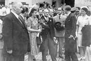 Empfang vor dem Luzerner Rathaus – Eva Perón (Bildmitte) mit dem damaligen Bundespräsidenten Philipp Etter (rechts nebenan). (Bild: Stadtarchiv)